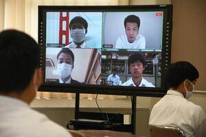 テレビ会議アプリ「Zoom」を通じて高校生にエールを送る村田諒太。全国各地の高校生が参加した=佐賀市大和町の高志館高