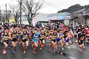 元五輪代表の谷口浩美さんもゲスト参加した伊万里ハーフマラソン3キロの部のスタート=伊万里市