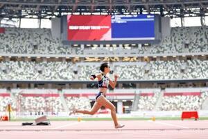 無観客で開催された陸上東京パラリンピックテスト大会の女子400メートル(上肢障害T47)で力走する辻沙絵=11日、国立競技場