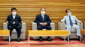 閣議に臨む(左から)茂木外相、菅首相、麻生財務相=21日午前、首相官邸