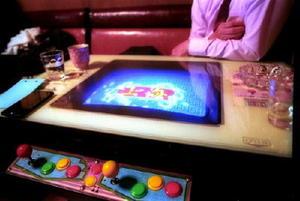 今でも現役のテーブル型ゲーム機「上海」は、残念ながら平成4年製。以前はスペースインベーダーも置いていた=佐賀市愛敬町のミール珈屋凪(フィルムで撮影)