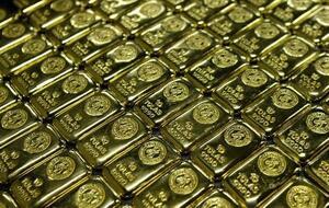 南アフリカの工場に並ぶ金の延べ棒=2006年5月(ロイター=共同)