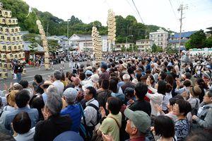 武雄温泉楼門の前で披露された竿燈まつりの妙技を楽しむ大勢の観客たち=武雄市