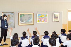 どの作品に興味があるか手を上げて答える生徒たち=武雄市の武雄北中