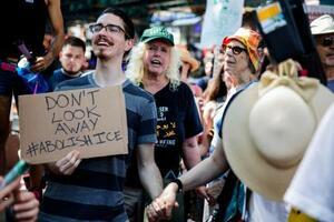 14日、米ニューヨークでトランプ政権の移民摘発計画に反対する人々(AP=共同)