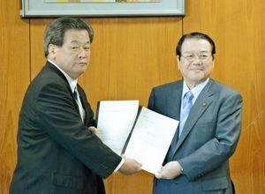 樋口久俊市長(右)に提言書を手渡す鹿島商工会議所の森孝一会頭=鹿島市役所