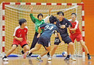 交流戦で競り合うU―16女子日本代表と韓国代表の選手たち=神埼市のトヨタ紡織九州クレインアリーナ