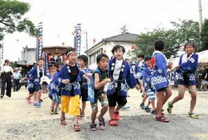祇園社の夏祭りで勢いよく駆け出してだんじりをひく子どもたち=吉野ヶ里町目達原