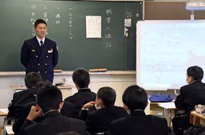 現場での苦労や心構えについて話す消防士=吉野ヶ里町の三田川中