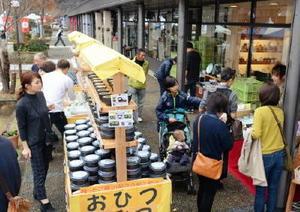 有田焼創業400年の節目を迎えた有田町。イベントは多くの買い物客でにぎわい、売り上げの減少傾向に歯止めがかかった=11月、有田焼卸団地・有田陶磁の里プラザの「ちゃわん祭り」