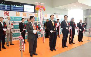 佐賀-台北便就航記念式典でテープカットした山口祥義知事(前列左から3人目)とタイガーエア台湾の張鴻鐘董事長(同2人目)=6月、佐賀空港
