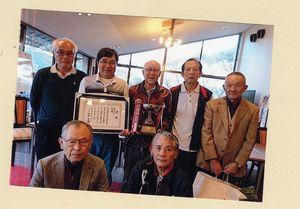 第13回高木瀬校区ゴルフコンペで優勝した辻チームの選手たち