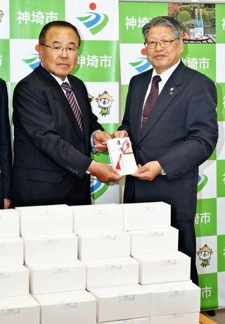 <防ごう新型コロナ>神埼建設業協会、神埼市と吉野ヶ里町にマスク5000枚寄贈