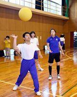 ソフトボールのゲームを楽しむ金森晴香選手(右)=みやき町の中原特別支援学校