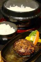 ハンバーグ 680円(+税)炊きたて土鍋ごはん 1人前300円(+税)