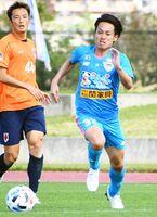 J2大宮との練習試合で、サイドから中央に切り込んで好機を演出したMF湯澤(右)