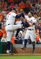 ヤンキース戦の5回、本塁打を放ち生還したアストロズのアルテューベ(右)=ヒューストン(共同)