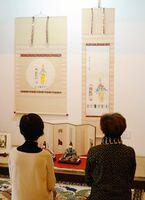 山口亮一画伯のひなの絵(右)などを展示するひな人形展=佐賀市与賀町の山口亮一旧宅