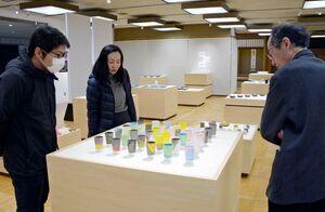 多様性をテーマにした作品が並ぶ有田陶交会展=有田町の県立九州陶磁文化館