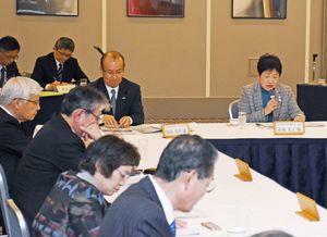 農林水産業の課題や行政への意見を述べる出席者=佐賀市のホテルニューオータニ佐賀