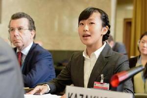 16日、ジュネーブ軍縮会議でスピーチする永石菜々子さん(右)=スイス・ジュネーブ(共同)