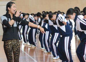「もっとスピードを上げて」と生徒たちを鼓舞する山口絵里加さん(左)=神埼市の神埼清明高校