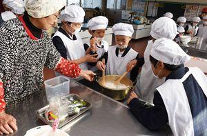 焦がさないように気をつけながらミキサーにかけた大豆を煮込む子どもたち=みやき町の三根西小