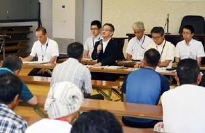佐賀空港へのオスプレイ配備計画に関する意見聴取で、漁業者(手前)にあいさつをする佐賀県関係者=太良町の県有明海漁協大浦支所