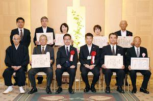 九州管区行政評価局長の佐藤裁也氏(前列左から3人目)と今回表彰を受けた県内の行政相談委員ら=佐賀市のグランデはがくれ