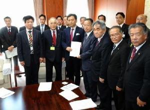 山本農相(右から4人目)に政策提案書を手渡す山口知事や市町首長らGM21のメンバー=東京・霞が関の農林水産省