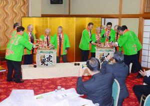 記念式典で50周年を祝い、鏡開きする清水茶業組合の関係者ら=嬉野市の和楽園