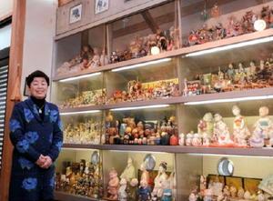 約2000体の人形が公開される岡段邸。一般公開に向け、今回は長女の進来淑子さん(左)が人形を並べ直した=神埼市脊振町