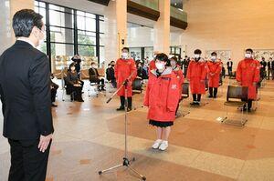 選手を代表して誓いの言葉を述べる中森日向子選手(中央)=佐賀県庁