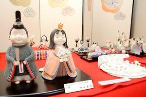 小路庵では、陶ひなコンテストの歴代最優秀作品などを一堂に展示=有田町上幸平