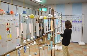 形もデザインも多彩な風鈴が並ぶ「有田ふうりん展」=有田町幸平の有田館