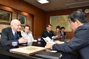 横尾俊彦多久市長(右)と面会したサンマリノのマンリオ・カデロ駐日大使(左)と妻のエリザベスさんら=市役所