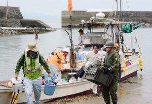 コノシロ漁への騒音の影響の有無を調べて帰港した船=14日午前11時40分ごろ、藤津郡太良町の竹崎港