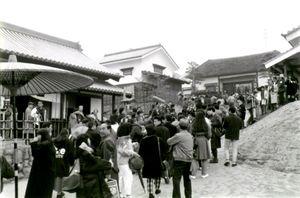 初日から3万人以上の人出となった肥前夢街道=平成2年1月2日、嬉野町