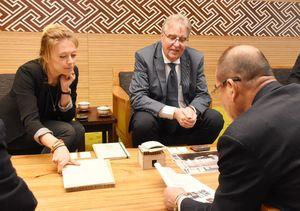 秀島敏行市長を表敬したサン・カリエルさん(左)とウィリアム・バン・アセルトさん(中央)=佐賀市役所