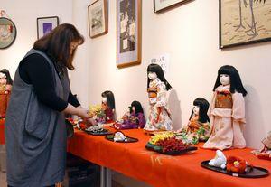 古布で作った市松人形など180点が展示されている「布あそび」展=佐賀市の佐賀新聞ギャラリー