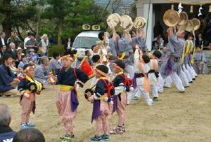 祭りの愛称「どんきゃんきゃん」の由来とされる鉦風流を披露する西長野地区の住民たち=基山町宮浦の老人憩の家