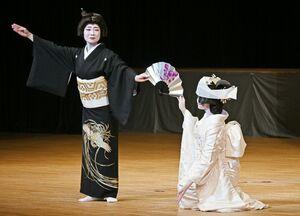 嬉野伝統芸能保存会の2周年公演で舞踊を披露する同会のメンバーら=佐賀市文化会館