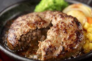 佐賀牛専門店「佐が家」の佐賀牛ハンバーグセット。添加物を一切使用せず、塩こしょうのみで味付けた佐賀牛100%のハンバーグ。ふわりとした食感とあふれる肉汁をソース代わりに食べる(4320円)