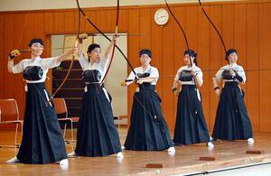 弓道女子団体決勝リーグ 安定したプレーで頂点に立った武雄A=佐賀市のSAGAサンライズパーク総合体育館弓道場