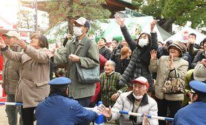 福もちを取ろうと、手を伸ばす参加者ら=佐賀市の佐賀恵比須神社