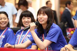 報告会でシーズンを振り返る新鍋選手=佐賀市のゆめタウン佐賀(提供写真)