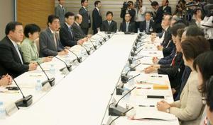 首相官邸で開かれた規制改革推進会議=16日午前