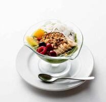 (5)食べる薬膳スムージー(800円) 手作りグラノーラにフルーツと野菜がたっぷり。1日10食限定 中村屋=0954(23)1678
