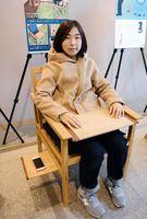 優秀賞を受賞した椅子に座る藤本紗世さん=佐賀市天神のアバンセ