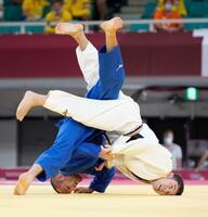男子60キロ級準々決勝 ジョージア選手(左)と対戦する高藤直寿=日本武道館